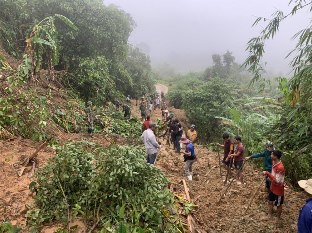Mưa lớn trong hai ngày qua tại  huyện Đakrông có nhiều điểm đất đá sạt lở nghiêm trọng