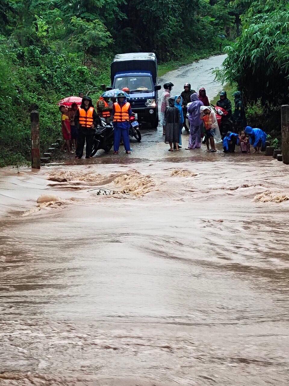 Giao thông hiện lên huyện miền núi  Đakrông có nhiều nhà đang bị cô lập do mưa lũ trở lại