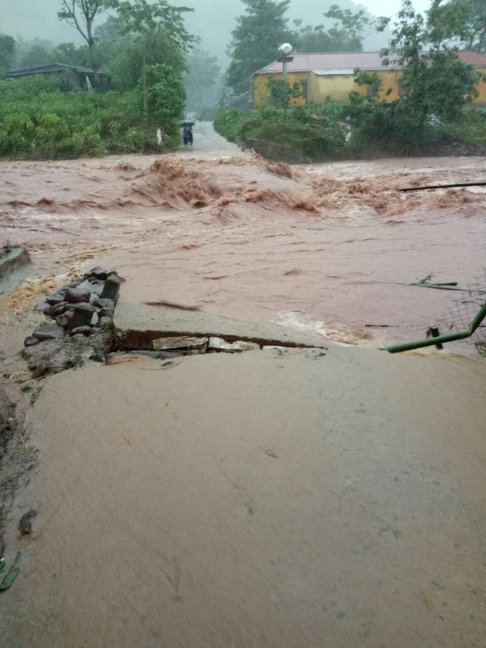 Hiện nước lũ tại Quảng Trị đang lên trở lại chia cắt các tuyến đường lên huyện Đakrông
