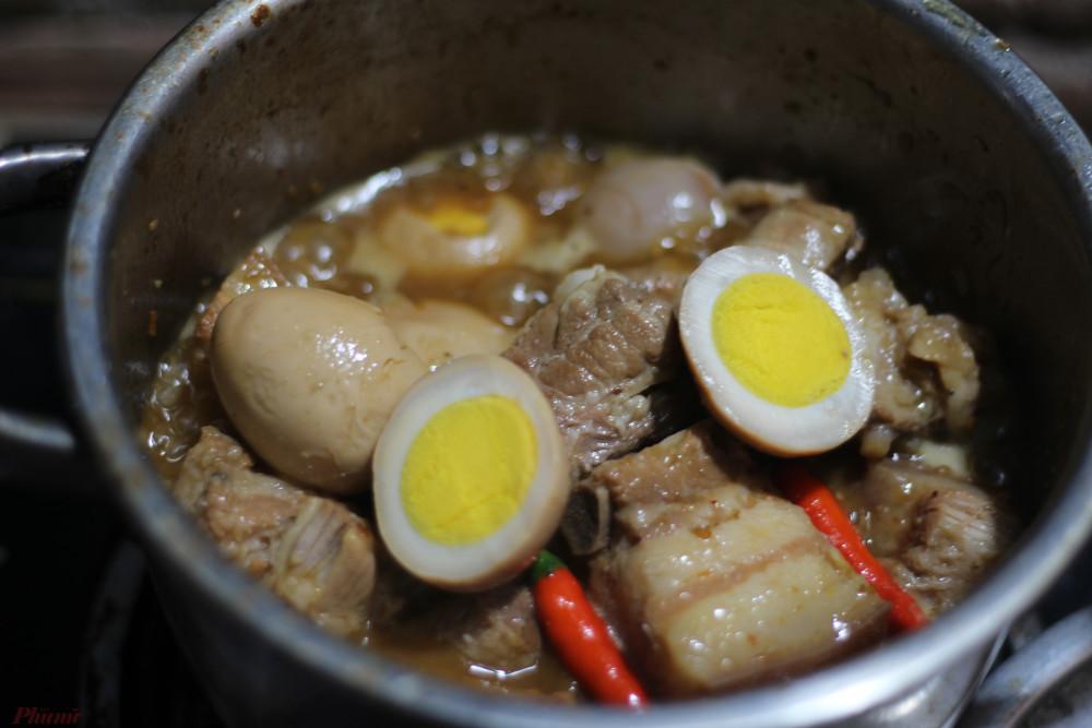 Mỗi lần muốn ăn, ba sẽ nhờ mẹ đi chợ mua cả ký thịt ba chỉ để nấu cùng vài chục trứng gà.