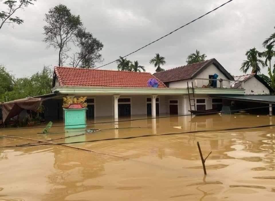 Trong lúc đó các xã vùng thất trũng ở hạ lưu sông Bồ, sông Hương nước lũ dâng cao trở lại
