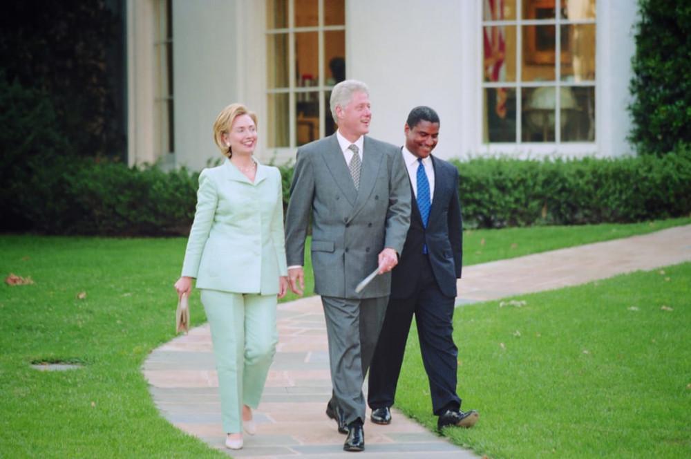 Vợ chồng nhà Clinton tại Nhà trắng năm 1998