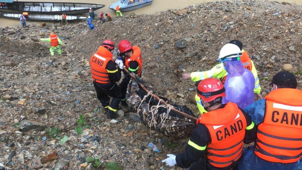 Lực lượng cứu hộ vượt lũ đưa thi thể thứ haitrong 17 công nhân Rào Trăng 3 mất tích về Bệnh viện Bình Điền