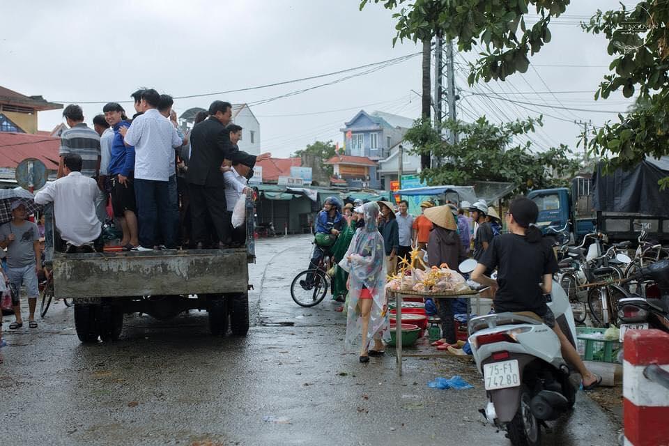 Rước dâu bằng xe tải khiến những người đi đường tò mò, ngạc nhiên. Ảnh từ Facebook