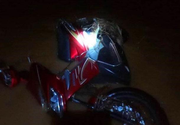 Chiếc xe máy tại hiện trường sau vụ một nữ cán bộ Y tế tại xã Lâm Đớt ( huyện A Lưới) bị nước lũ cuốn trôi