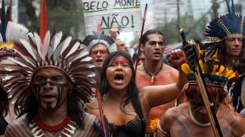 Thổ dân biểu tình phản đối việc xây đập thủy điện Belo Monte trong rừng nhiệt đới Amazon năm 2011 - Ảnh: AFP