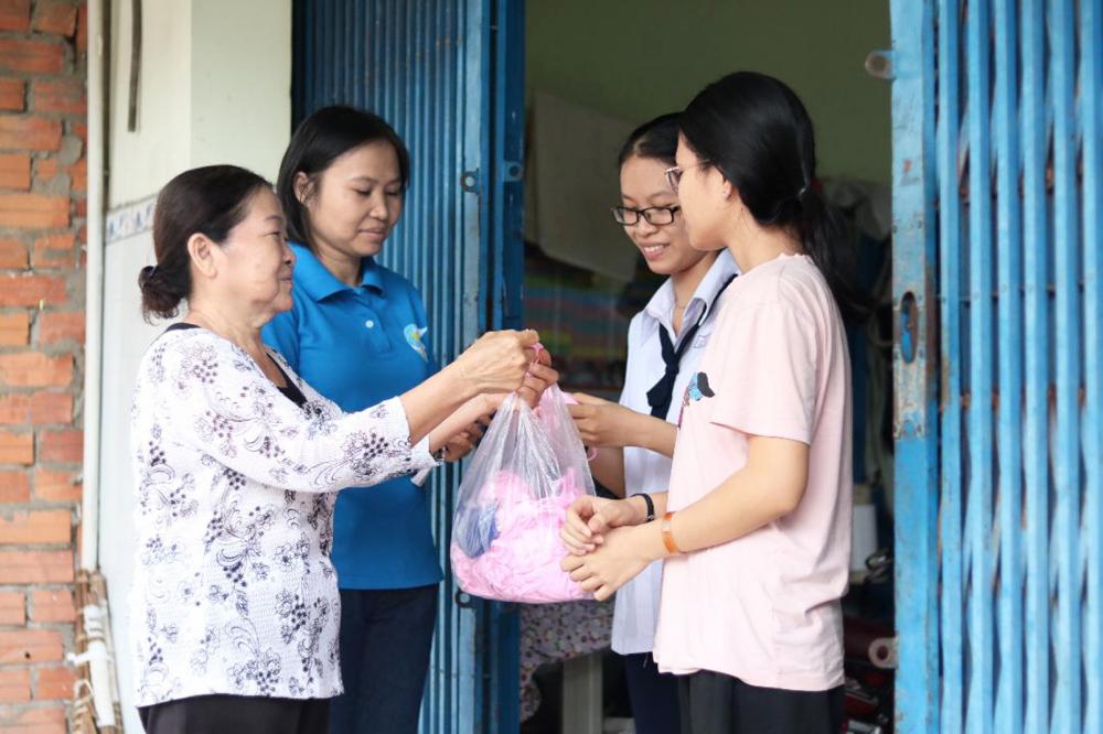 Dì Lợi (bìa trái) và cô con gái út Hồ Thị Kim Ngân (thứ hai từ trái qua) dành nhiều quan tâm, hỗ trợ cho người lao động nhập cư