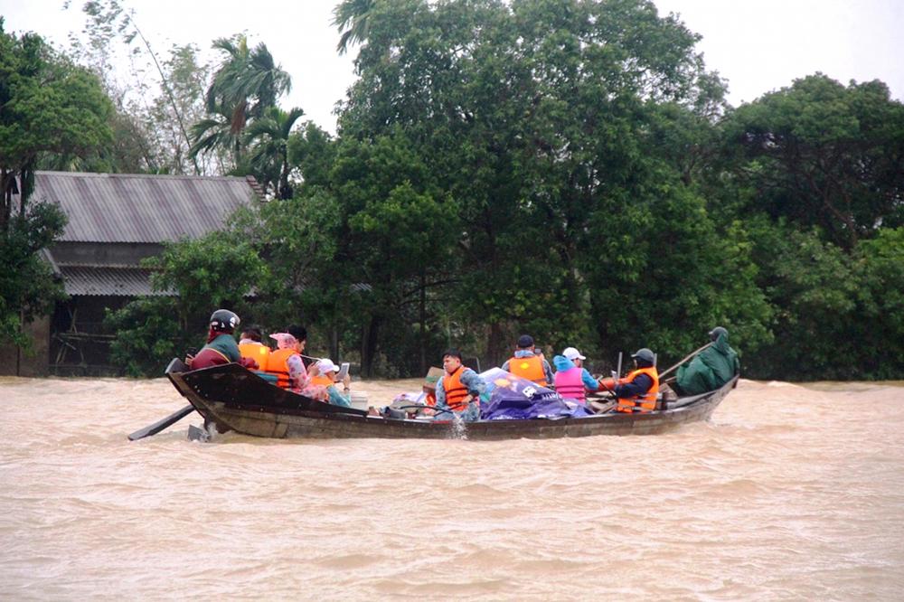 Đường về xã Phong Bình, huyện Phong Điền, tỉnh Thừa Thiên - Huế ngập sâu trong lũ - Ảnh: Thuận Hóa