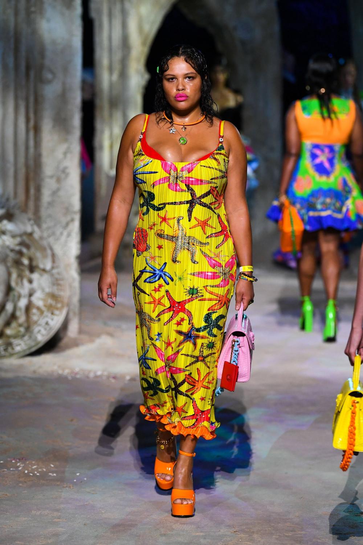 Alva Claire xuất hiện nổi bật trong chiếc váy có hoạ tiết sao biển của Versace. Sự xuất hiện ngày càng nhiều của các người mẫu ngoại cỡ cho thấy sự thay đổi nhất định của ngành thời trang, trong việc tôn trọng sự đa dạng, khác biệt. Và đó gần như là yêu cầu cần phải được đáp ứng để tồn tại. Ngay cả hãng nội y Victoria Secret, nơi từng được biết đến là thế giới của những người mẫu có số đo vàng thì nay cũng phải chấp nhận những người mẫu ngoại cỡ.