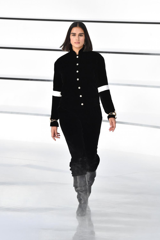 Kortleve từng xuất hiện trong BST dành cho mùa Thu Đông 2020 của Chanel, giới thiệu vào tháng 3 năm nay. Sự kiện này gây xôn xao làng thời trang vì sau hơn 1 thập niên mới có người mẫu ngoại cỡ được trình diễn cho Chanel. Người mẫu 26 tuổi người Hà Lan cho biết: Tôi không thể tin được điều này đã xảy ra trước khi tháng thời trang kết thúc. Lần đầu tiên tôi được đi catwalk cho Chanel. Tôi thực sự biết ơn khoảnh khắc này. Cảm ơn tất cả mọi người đã biến điều này trở thành sự thật. Có rất nhiều vấn đề cần phải thay đổi trên các sàn diễn thời trang, tôi thật tự hào khi có thể trở thành một phần trong đó. Hy vọng rằng trong tương lai tôi sẽ được gặp gỡ và làm việc với nhiều người mẫu 'không chuẩn' giống như tôi