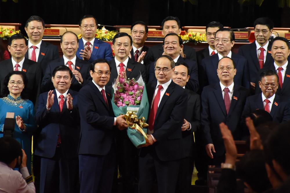 Nguyên Bí thư Thành ủy TPHCM Nguyễn Thiện Nhân - người tiếp tục theo dõi, chỉ đạo Đảng bộ TPHCM cho đến Đại hội Đại biểu lần thứ XIII của Đảng - tặng hoa cho Ban Chấp hành Đảng bộ TPHCM khóa XI