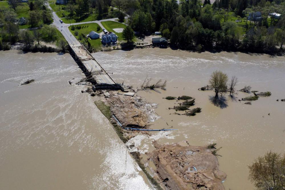 Lũ lớn trên sông Tittabawassee nhấn chìm thành phố Midland (tiểu bang Michigan) sau khi con đập Edenville bị vỡ hồi tháng 5/2020 - Ảnh: Neil Blake/AP