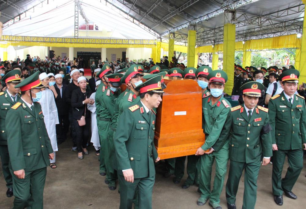 Giây phút đồng đội, người thân tiễn đưa các liệt sĩ rời khỏi Nhà tang lễ Bệnh viện Quân y 268 - Ảnh: Thuận Hóa