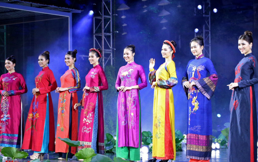 Áo dài trình diễn trong khai mạc Lễ hội Áo dài TP.HCM 2020