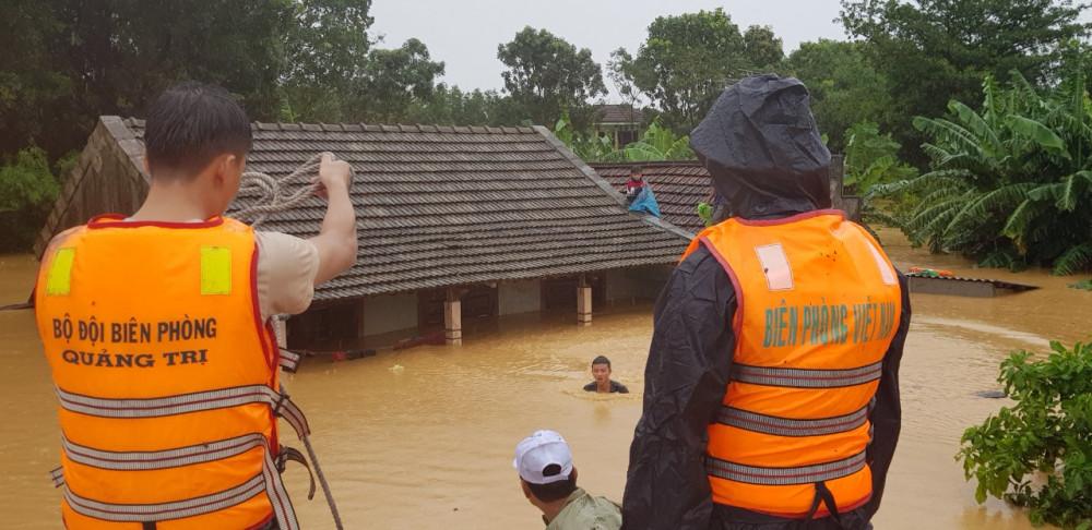 Nước lũ lên cao khiến công tác đưa dân đi tản cư gặp rất nhiều khó khăn