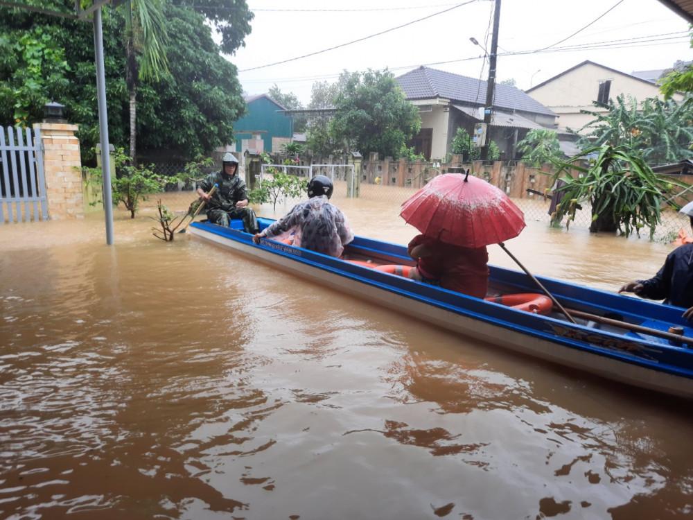 Người dân dùng ghe để đưa người trong xã Cam Tuyền đi tản cư