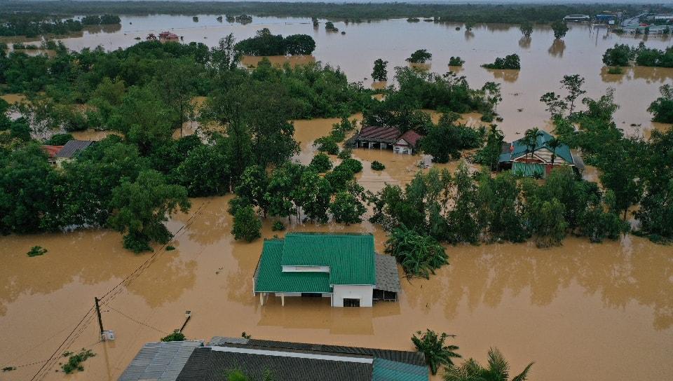 Nhiều ngôi nhà ở xã Cam Tuyền huyện Cam Lộ nước lũ ngập sâu gần chạm mái nhà