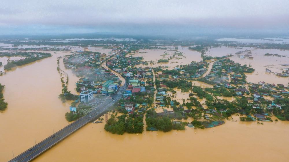 Cả nước hướng về miền Trung. Ảnh: thành phố Đông Hà sáng 18/10 chìm trong biển nước.