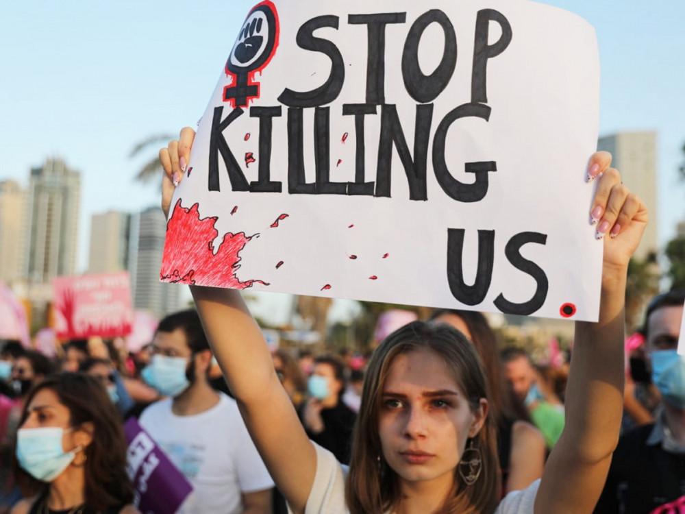 """Một phụ nữ giơ tấm biển """"Hãy ngưng giết hại chúng tôi"""" trong cuộc biểu tình chống nạn bạo hành phụ nữ tại thành phố Tel Aviv, Israel, tháng 6/2020 - Ảnh: EPA"""