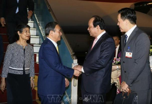 Bộ trưởng, Chủ nhiệm Văn phòng Chính phủ Mai Tiến Dũng đón Thủ tướng Suga và phu nhân tại sân bay Quốc tế Nội Bài.