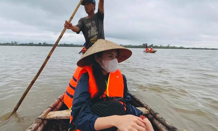 Thuỷ Tiên đang cùng nhóm tình nguyện hỗ trợ người dân vùng lũ.