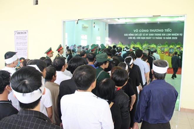 Bạn bè, thân hữu, người thân các liệt sĩ vào dâng hương viếng viếng 13 liệt sĩ hy sinh tại thủy điện Rào Trăng 3
