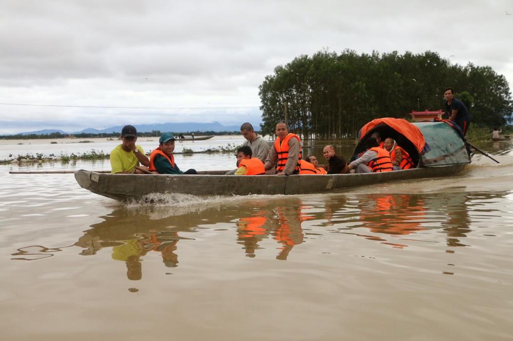 Nhiều đoàn cứu trợ về Quảng Trị không thể vào được ở những vùng đang ngập sâu