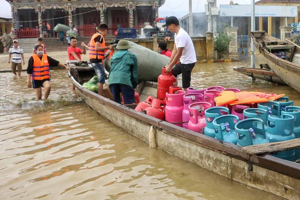 Do lũ kéo dài tại Quảng Trị  khiến đồ dùng vật dùng trôi theo dòng lũ, lũ vừa rút chậm bà con phải mua thêm bình ga về phân phối, giúp đỡ  cho người dân vùng lũ