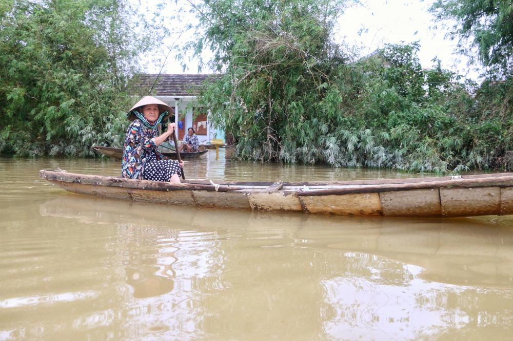 Nhiều hộ dân sinh sống ở các vùng Hải Tân, Hải Hòa, Hải Chánh cho biết bà con hiện đang  rất khó khăn nhất là khi có bệnh nhân cấp cứu không biết xoay sở thế nào để đưa người ra khỏi vùng lũ vì nước lũ chảy xiết