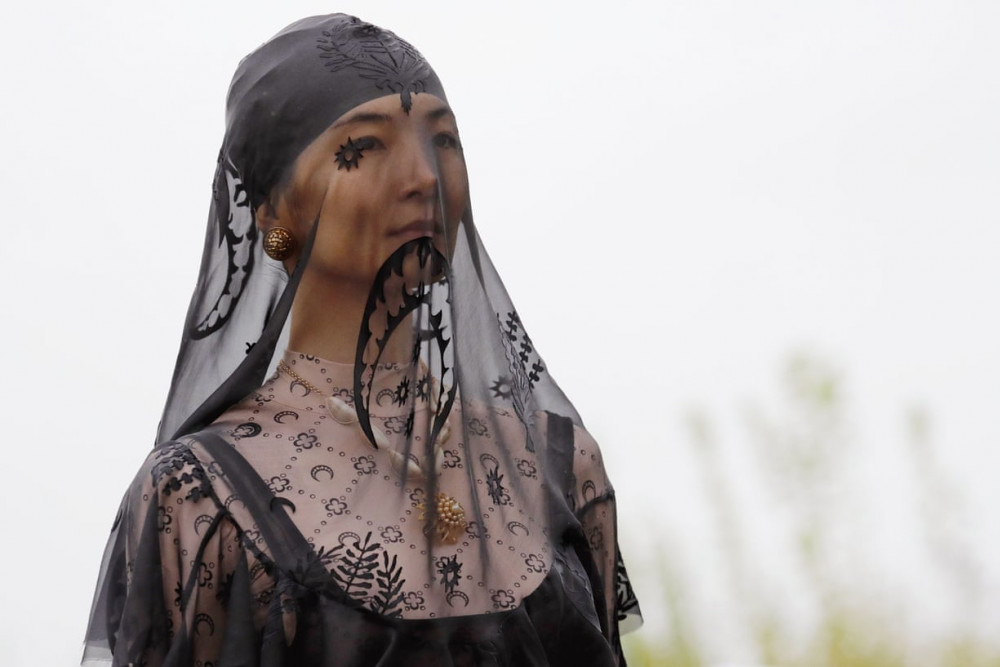 Một người mẫu với phụ kiện mạng che mặt hình trăng lưỡi liềm, trong show trình diễn xuân/hè của Serre. (Ảnh: Getty)