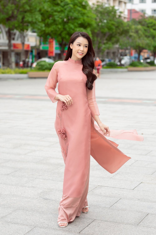 Nữ diễn viên, MC cuốn hút trên phố khi thả dáng trong tà áo dài màu hồng pastel ngọt ngào.