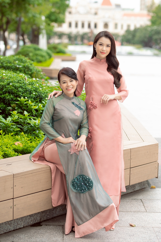 Hai mẹ con Sam diện áo dài màu pastel nhã nhặn, trang điểm nhẹ nhàng.