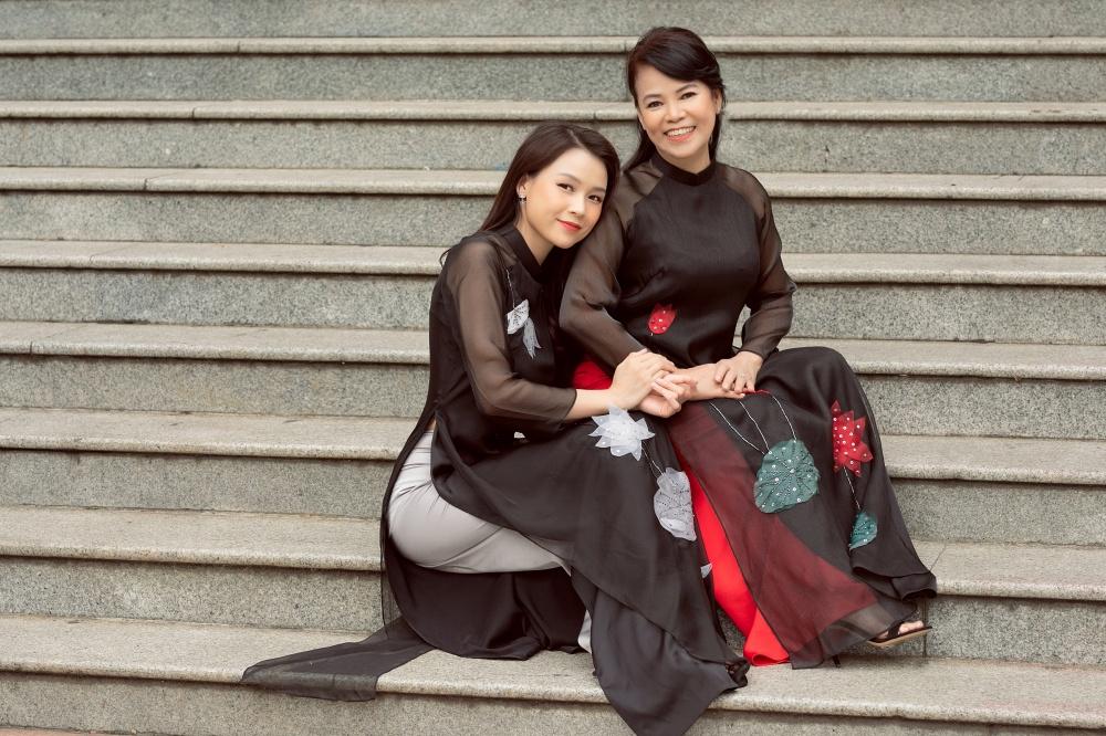 Sam và mẹ chọn diện áo dài màu đen, trong đó