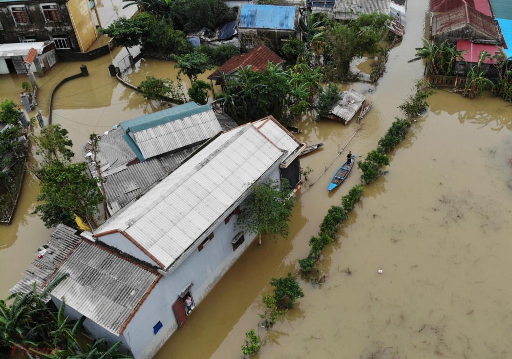 Ông Bùi Xuân Giang – Chủ tịch UBND xã Hải Phong cho biết, đến chiều ngày 19/10 trên địa bàn xã còn 3 càng (từ địa phương chỉ xóm nằm tách biệt- PV) và một thôn bị nước lũ cô lập.