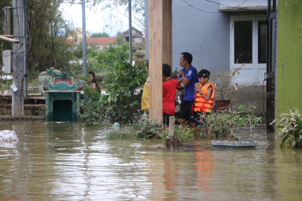 Hiện tại, một số nhà dân ở xã Hải Phong vẫn bị ngập gần 1 mét. Người dân cho biết, đây là đợt lũ lịch sử, ngang với đợt lũ năm 1999.