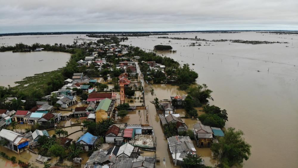 Xã Hải Phong, huyện Hải Lăng là một trong những địa phương bị thiệt hại nặng trong đợt lũ kéo dài hơn 10 ngày qua. Theo thống kê của chính quyền địa phương, toàn xã có 1.245 nhà dân bị ngập từ 0,5 đến 1,5 mét. Nước lũ gây ngập toàn bộ các tuyến đường liên xã.
