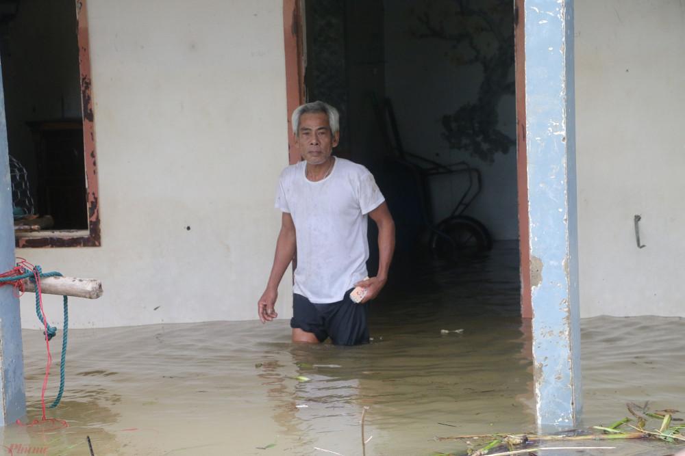"""Ông Phan Ngọc Đẳng (60 tuổi, ngụ xã Hải Phong) cho biết: """"Hơn 10 ngày qua nhà tôi bị ngập đến gần 2 mét nên được chính quyền đưa đến trường học sơ tán. Hôm nay trở về thấy nhà cửa tan hoang, tôi rụng rời tay chân""""."""