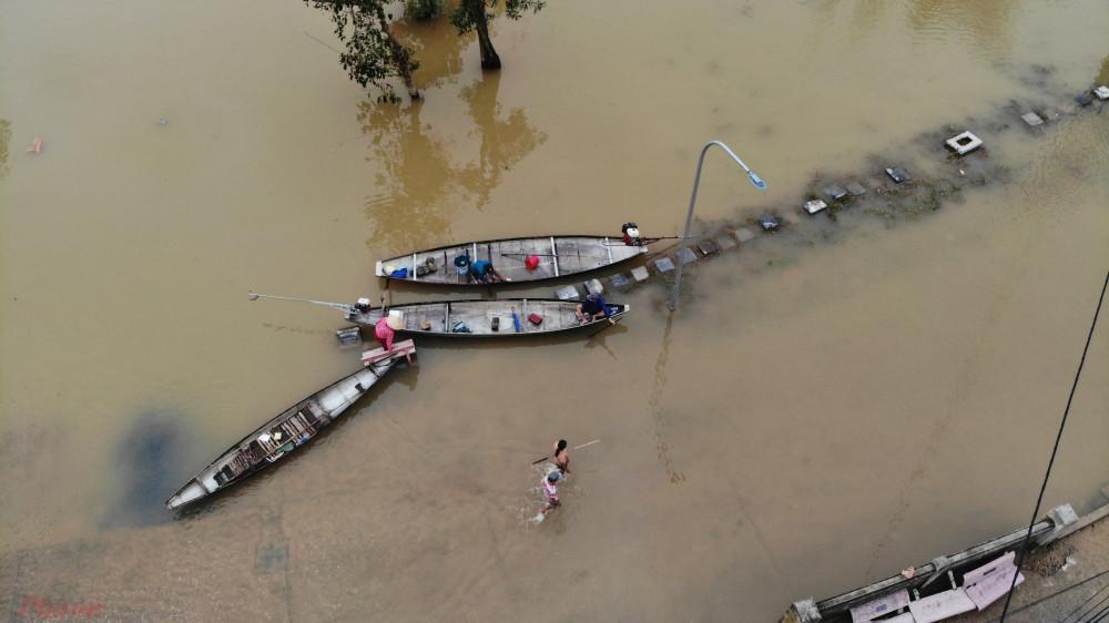 Nước lũ chia cắt tuyến đường giao thông nên người dân tập trung xuồng, ghe ở đầu thôn Phú Kinh, xã Hải Phong chuyên chở người dân vào vùng lũ.