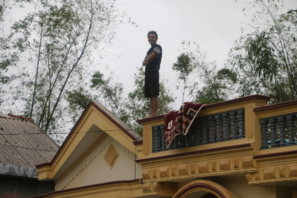 Người dân ở xã Hải Phong leo lên nóc nhà tránh lũ.