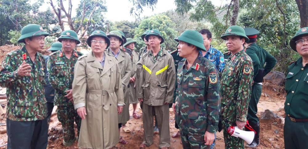 Ông Hà Sỹ Đồng (thứ 3 từ trái qua) - Phó chủ tịch UBND Huế - đang chỉ đạo tìm kiếm