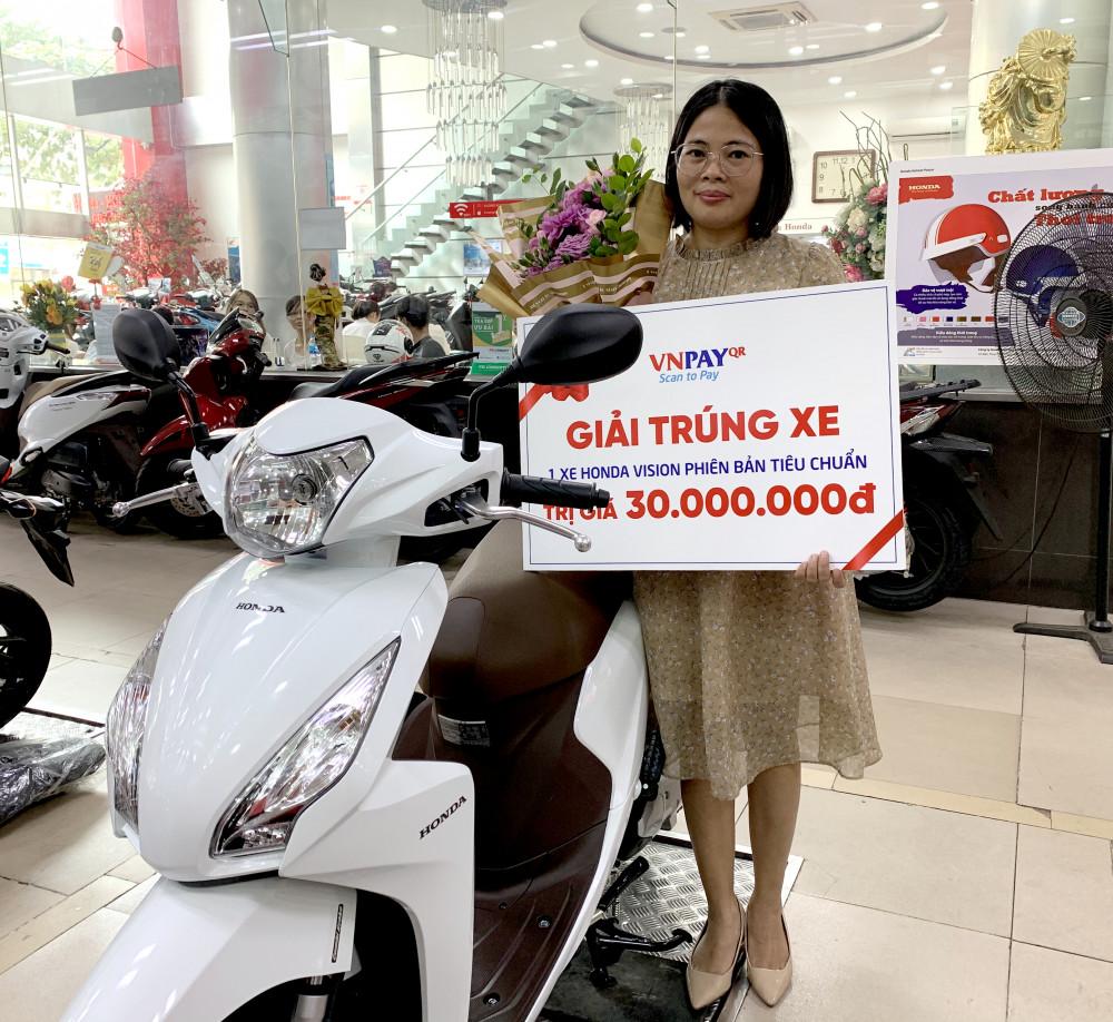 Chị Thanh Hoa là khách hàng may mắn của VNPAY khi nhận được chiếc xe máy trị giá 30 triệu đồng. Ảnh: VNPAY