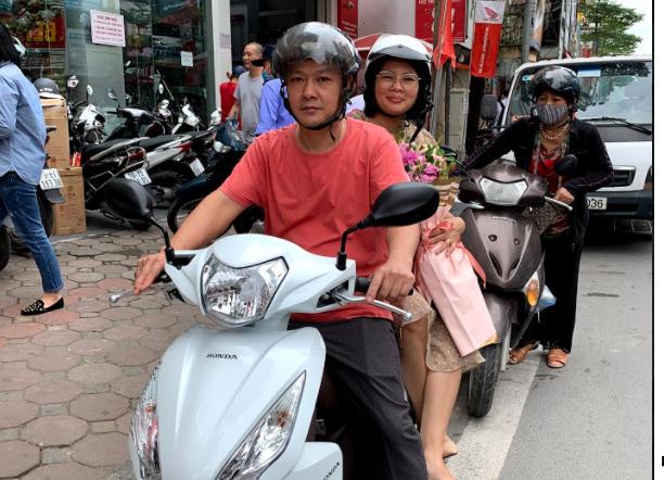 Chị Hoa và chồng hào hứng khi di chuyển trên chiếc xe mới. Ảnh: chị Thanh Hoa cung cấp