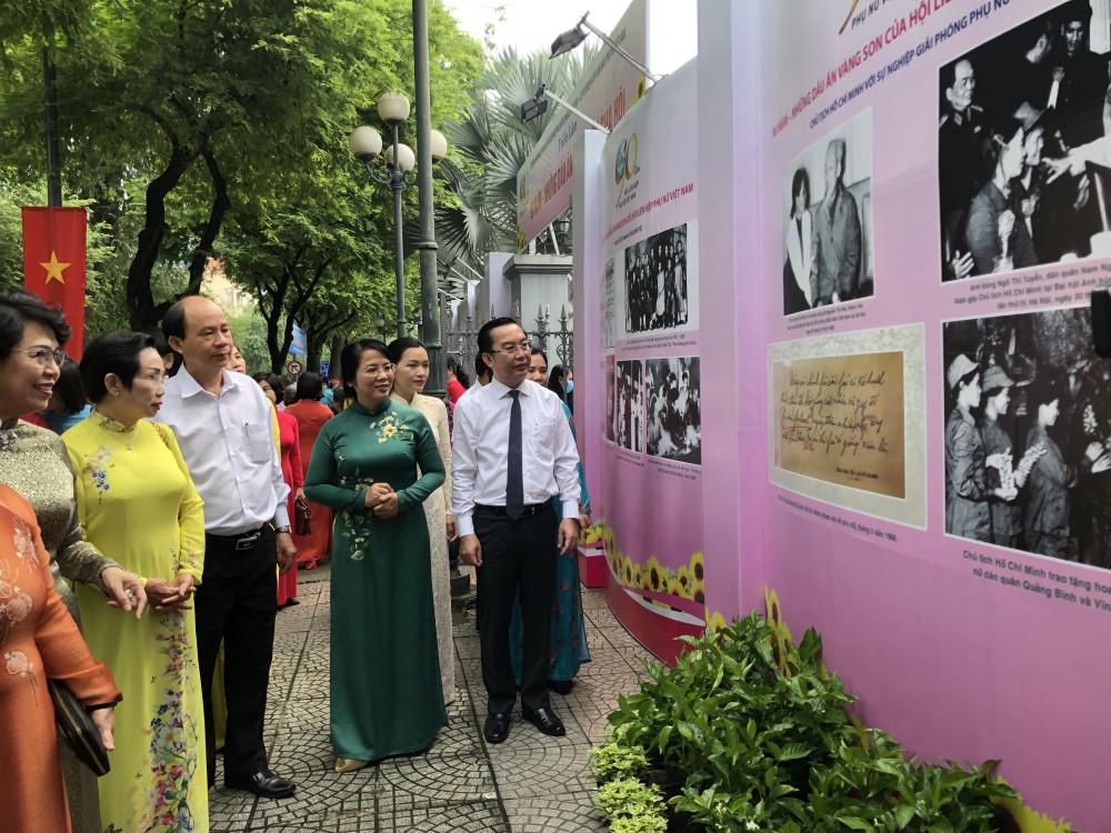 Các đại biểu thưởng lãm các bức ảnh xung quanh Bảo tàng TP. HCM. Ảnh: Thanh Huyền.