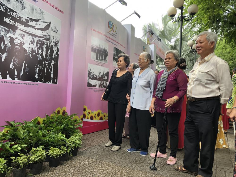 Tới tham dự triển lãm còn có sự có mặt của các lãnh đạo Hội liên hiệp Phụ nữ qua các thời kỳ. Ảnh: Thanh Huyền.