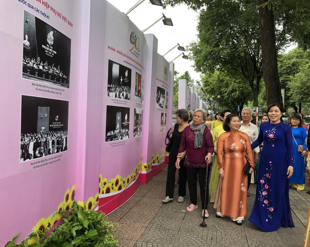 Bà Nguyễn Trần Phượng Trân - Giám đốc Hội liên hiệp Phụ nữ TP. HCM mời các đại biểu cùng tham gia thưởng lãm ảnh tại buổi triển lãm.