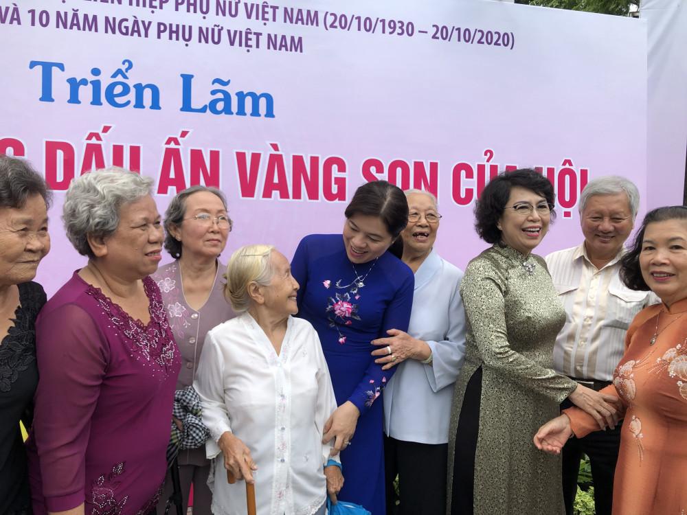 Bà Nguyễn Trần Phượng Trân - Chủ tịch Hội liên hiệp Phụ nữ TP. HCM thăm hỏi các cựu cán bộ Hội, những người đã góp công đặt nền móng xây dựng Hội. Ảnh: Thanh Huyền.