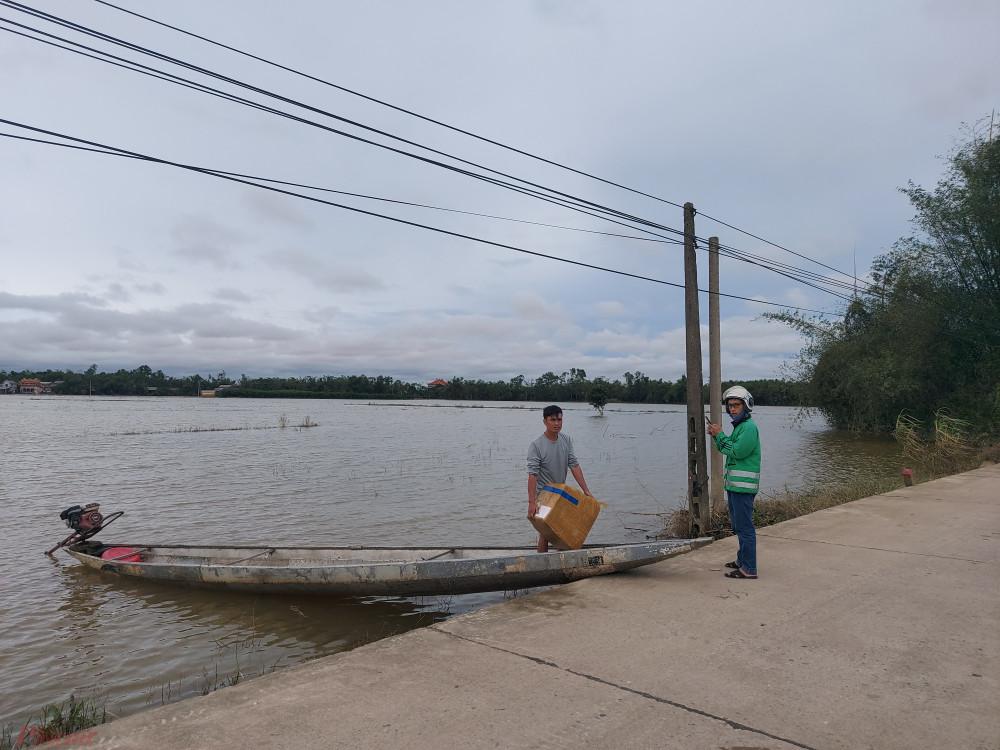Một người dân ở Quảng Trị đi ghe hơn 10km để nhận hàng tiếp tế từ người thân.