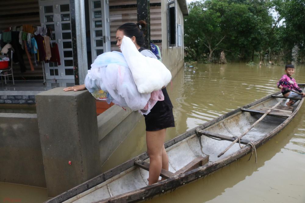 Người dân vùng lũ bơi xuồng đi nhận quà cứu trợ của các Mạnh Thường Quân.