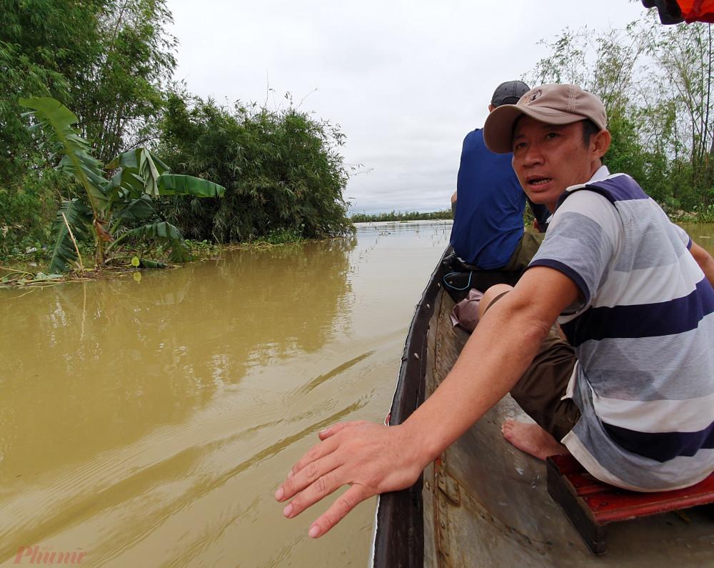 Ông Phan Văn Bay dẫn phóng viên Báo Phụ nữ TPHCM đến tiếp cận vùng bị lũ cô lập ở Quảng Trị.