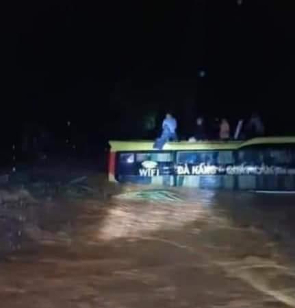 Trước đó, rạng sáng 19/10, 1 xe khách chở 20 người khách bị nước lũ cuốn trôi vào rừng đã được lực lượng cứu hộ tỉnh Quảng Bình giải cứu thành công